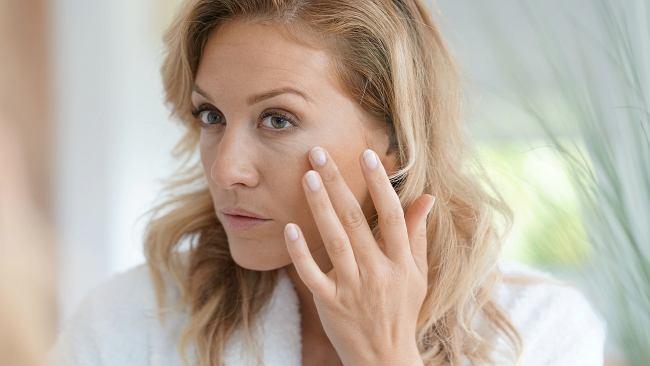 W jakiej kolejności nakładać kosmetyki, by zapobiegać starzeniu? Jeśli zrobisz to źle, nie zadziałają