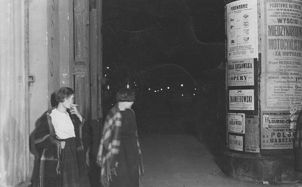 Prostytutki na ul. Marszałkowskiej w Warszawie w 1925 r. Pod koniec XIX w. i w pierwszych dekadach XX w. młode dziewczyny, które przyjeżdżały ze wsi do miast, często wybierały ulicę z konieczności, gdy traciły inną pracę. Nierzadko działo się to za zgodą ich rodzin, w tym także mężów