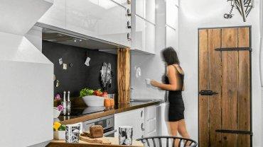 Zabudowa w jednym ciągu była za mało pojemna, właściciele wysokiej kuchni zdecydowali się więc aż na trzy rzędy górnych szafek. Ponieważ dostęp do tych najwyższych jest utrudniony, trzymają w nich tylko rzeczy rzadko używane.