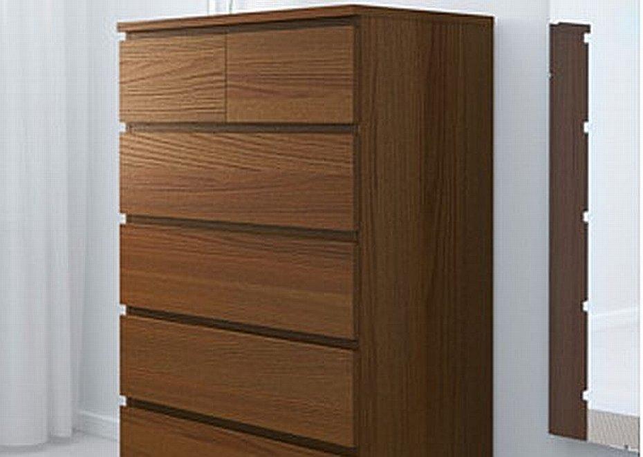 IKEA instruuje, jak montować szafki, by były stabilne.