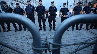 Stoczniowcy za kordonem, tam gdzie stoi Prewencja... 87. miesięcznica smoleńska na Krakowskim Przedmieściu
