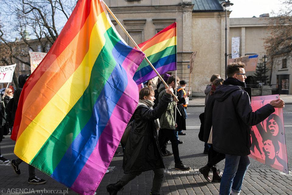 Tęcza podzieliła Leszno w Wielkopolsce. Radni PiS są przeciw, a ponad 120 nauczycieli broni tęczy