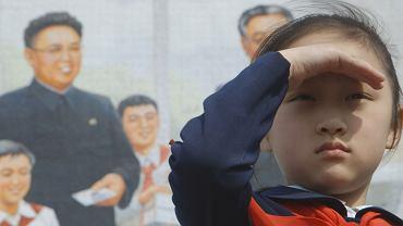 """Rosyjski reżyser Witalij Manski spędził rok w Korei Północnej, dokumentując życie przeciętnej rodziny. Jego film """"Pod opieką wiecznego słońca"""" będzie pokazywany na tegorocznej, 13. edycji Millennium Docs Against Gravity. Już teraz prezentujemy zdjęcia, które przedstawiają codzienne życie w Korei Północnej.<br><br> 19 maja w warszawskiej Kinotece w ramach festiwalu Millennium Docs Against Gravity odbędzie się spotkanie z reżyserem """"Pod opieką wiecznego słońca"""". Początek o godz. 20.30. Projekcje odbędą się w Warszawie i Wrocławiu w dniach od 13 do 22 maja. W Gdyni - w dniach od 18 do 25 maja, a w Bydgoszczy od 17 do 22 maja.<br><br>"""