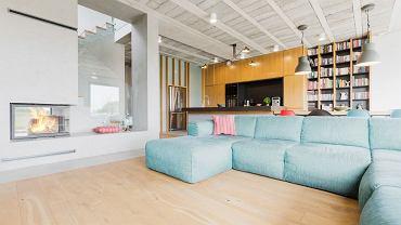 Przestronny dom z betonowym sufitem