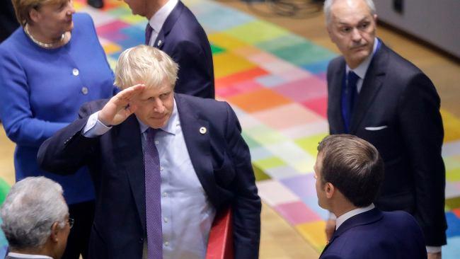 """Brexit. Brytyjska prasa o porozumieniu z UE. """"Nadzieje Johnsona zawisły na włosku"""", """"Zróbcie to!"""""""