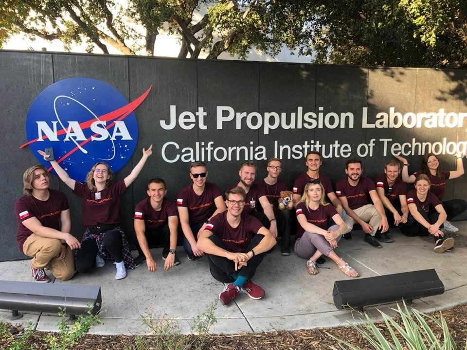 Zwycięska ekipa w słynnym Laboratorium Napędu Odrzutowego NASA w Pasadenie w Kalifornii.