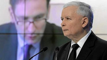 Jarosław Kaczyński, prezes PiS. W tle obecny szef Orlenu Daniel Obajtek.