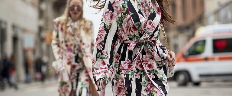 Kwiaty będą modne także jesienią! Te sukienki są idealne dla 50-tek!