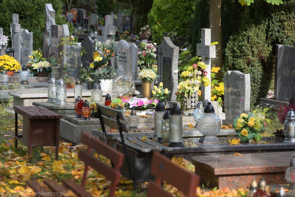 Mateusz Morawiecki apelował o zachowanie ostrożności w czasie wizyty na cmentarzach 1 listopada