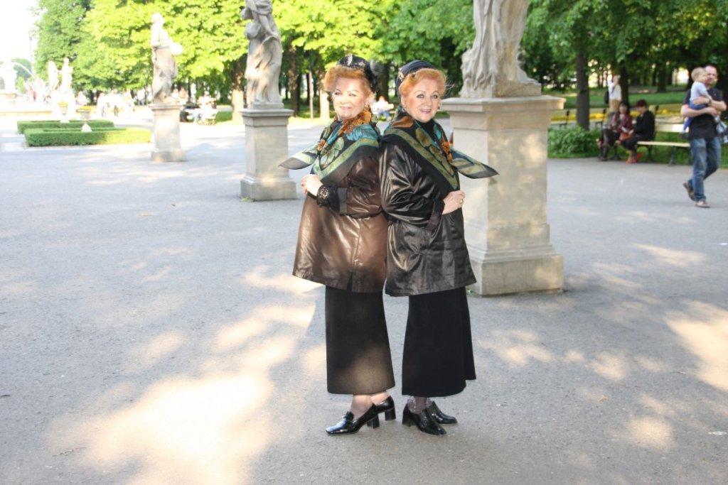 Siostry Bronia (z prawej) i Lonia w Ogrodzie Saskim