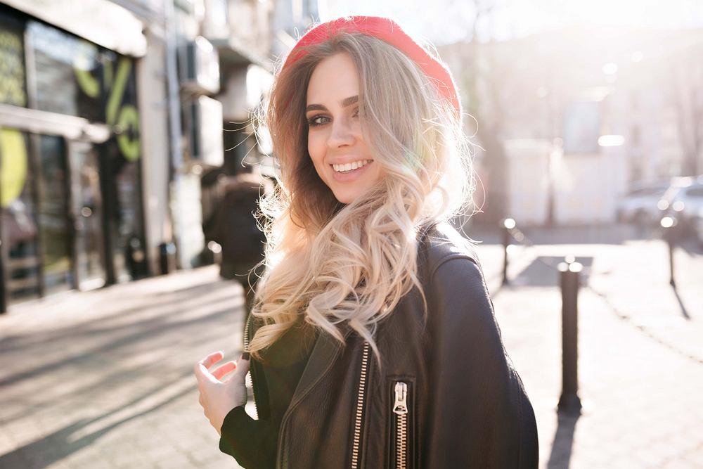 Jaka fryzura pasuje do okrągłej twarzy? Trzy modne propozycje