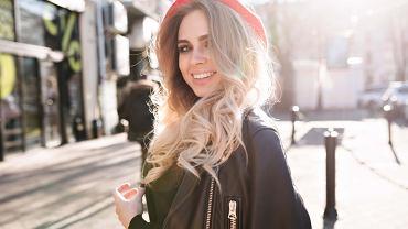 Elektryzujące się włosy - jak sobie z tym radzić? Poznaj prosty i skuteczny trik. Potrzebujesz tylko trzy składniki