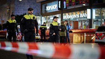 29.11.2019 Haga. Policja zabezpiecza ulicę przy której doszło do ataku nożownika.