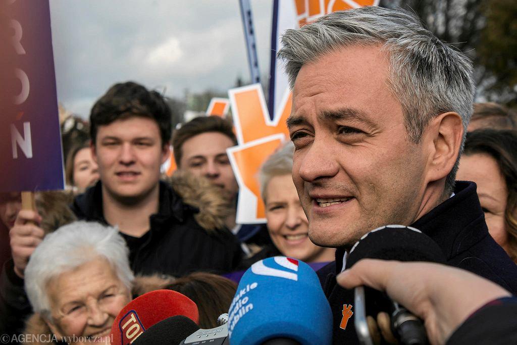 Lublin. Robert Biedroń i sympatycy partii Wiosna podczas konferencji prasowej