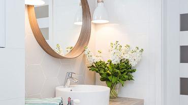 Lustra na ścianie - tak powiększysz łazienkę!