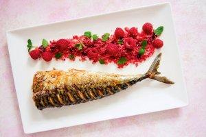 Grillowana makrela z kuskusem malinowym