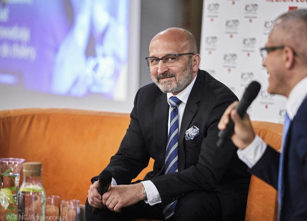 Kazimierz Marcinkiewicz - były poseł związany z ZChN, potem AWS i PiS. Były wiceminister edukacji, premier w latach 2005-06. Po dymisji pełnił obowiązki prezydenta Warszawy, a później był dyrektorem w Europejskim Banku Odbudowy i Rozwoju w Londynie. Dziśprowadzi firmę doradczą.