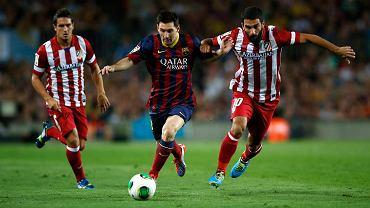 Leo Messi walczy z Ardą Turanem (z prawej)