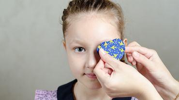 Astygmatyzm u dziecka może wiązać się z różną wadą w oczach. Niekiedy zalecane jest zakrywanie jednego oka.