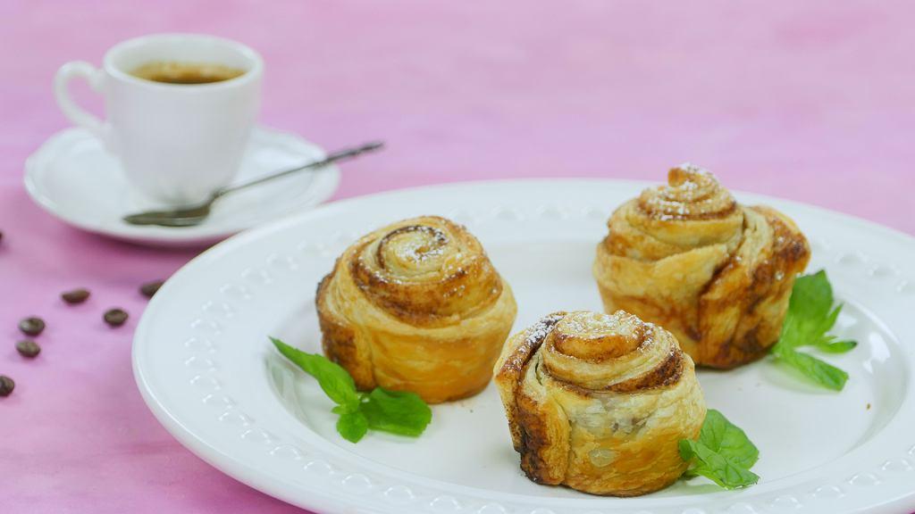 Cynamonowe róże z ciasta francuskiego