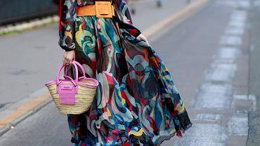 Jesienne sukienki z wyprzedaży. Kobaltowa na każdy typ sylwetki 44% taniej! Cudo