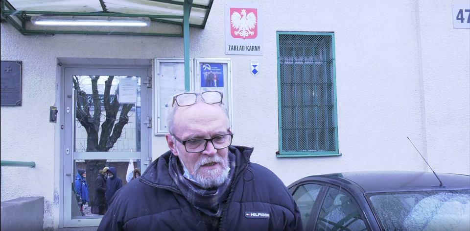Paweł Kasprzak przed wejściem do Zakładu Karnego w Siedlcach