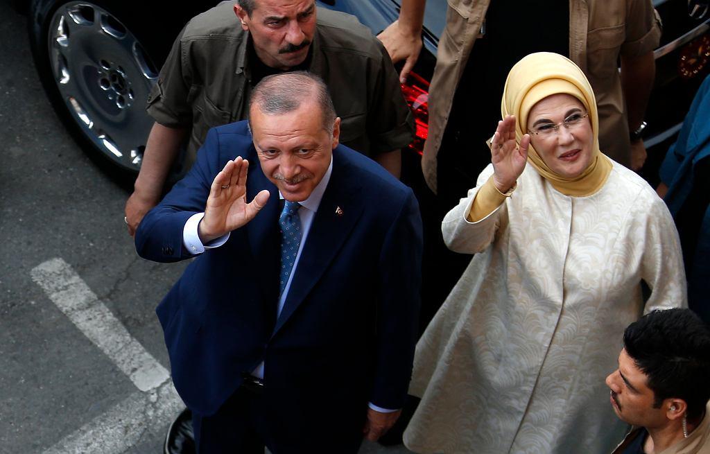 Wybory w Turcji. Prezydent Recep Tayyip Erdogan z żoną w drodze na głosowanie