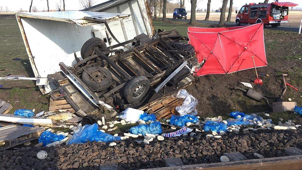 Wypadek kolejowy w Wielkopolsce. Ciężarówka zmiażdżona przez pociąg