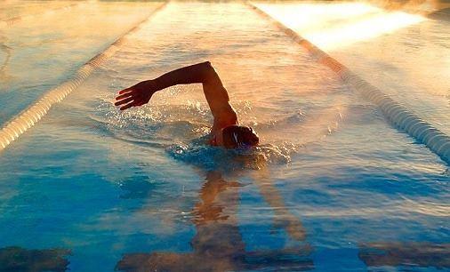 Pływanie doskonale odciąża stawy i rozluźnia mięśnie
