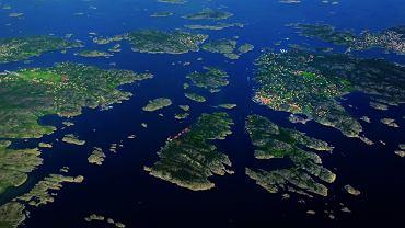 Szkiery - skaliste wysepki powstałe w wyniku zniszczenia podłoża przez lodowiec i zalania go przez morze. Charakterystyczne dla wybrzeży Szwecji, Finlandii i Alaski.