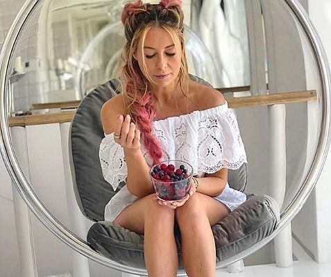 Małgorzata Rozenek-majdan kusi seksowną nogą. Fani zaniepokojeni 'Gdzie spodnie???'