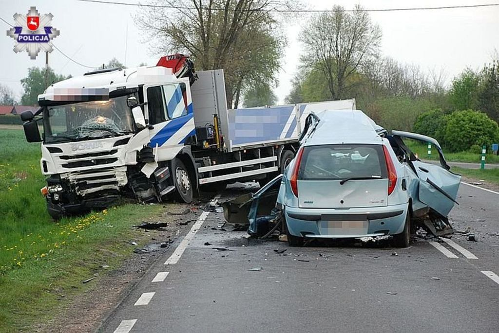 Radzyńscy policjanci ustalają szczegóły wypadku drogowego, do którego doszło wczoraj na DK-19 w miejscowości Białka, gm. Radzyń Podlaski. Jak wstępnie ustalili policjanci kierujący samochodem osobowym marki fiat zjechał na przeciwległy pas ruchu i zderzył się z ciężarówką. W wyniku wypadku kierujący fiatem zmarł na miejscu.