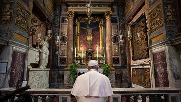 Papież Franciszek modli się w kościele św. Marcelego w Rzymie