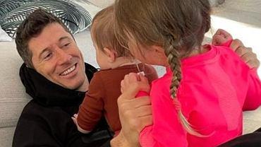 Robert Lewandowski bawi się z córkami