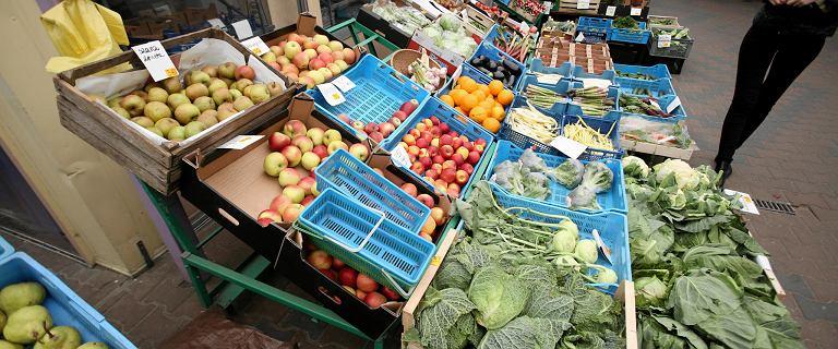 Pietruszka podrożała o 300 proc. Ceny warzyw i owoców szalone. Ale spadną