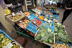 Pietruszka podrożała o 300 proc. Ceny warzyw i owoców szalone! Czereśnie 1 zł za 1 sztukę. Na szczęście spadł deszcz