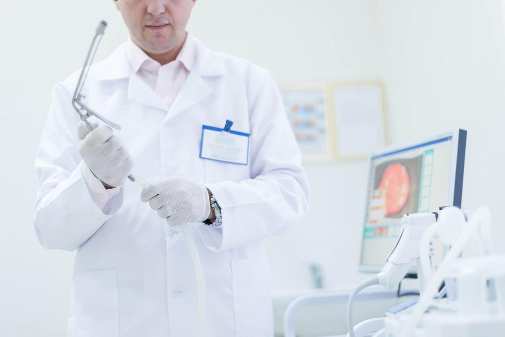Proktolog to lekarz, który diagnozuje i leczy schorzenia końcowego odcinka przewodu pokarmowego