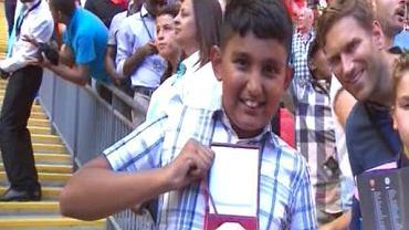 Chłopiec, który złapał medal wyrzucony przez Jose Mourinho