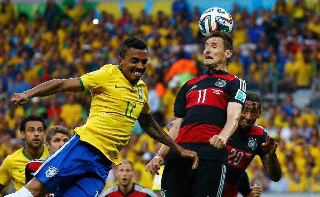 Miroslav Klose walczy o piłkę