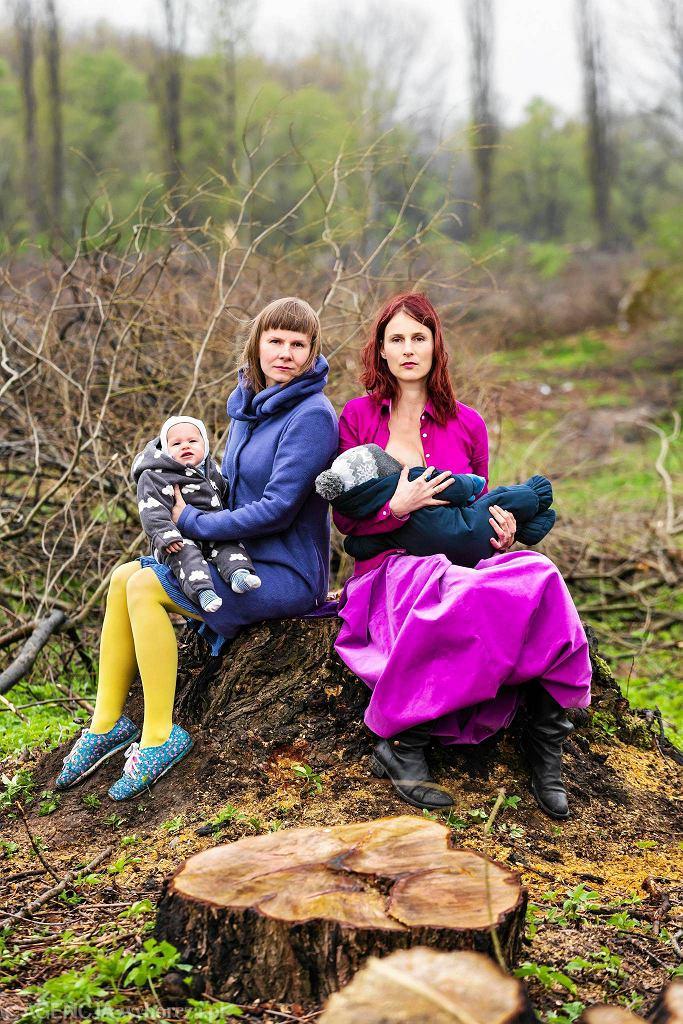 / Cecylia Malik z synem Ignacym (z prawej strony) i Anna Grajewska z córka Rożą. Inicjatywa 'Matki Polki na wyrębie'. Fot. Mateusz Skwarczek /
