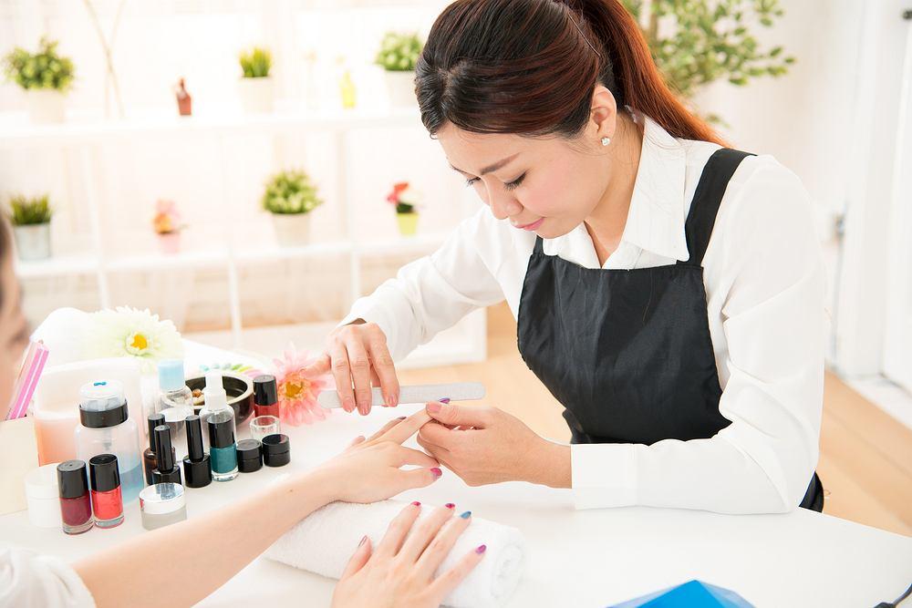 Manicure japoński polega na wcieraniu w płytkę paznokcia odżywczej pasty, a następnie użyciu pudru