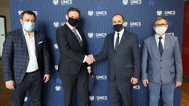 Prezes spółki American Systems Robert Bagiński (od lewej), wiceprezes zarządu Asseco Data Systems Daniel Lala, rektor UMCS prof. Radosław Dobrowolski, dyrektor Ecotech-Complex prof. Ryszard Naskręcki