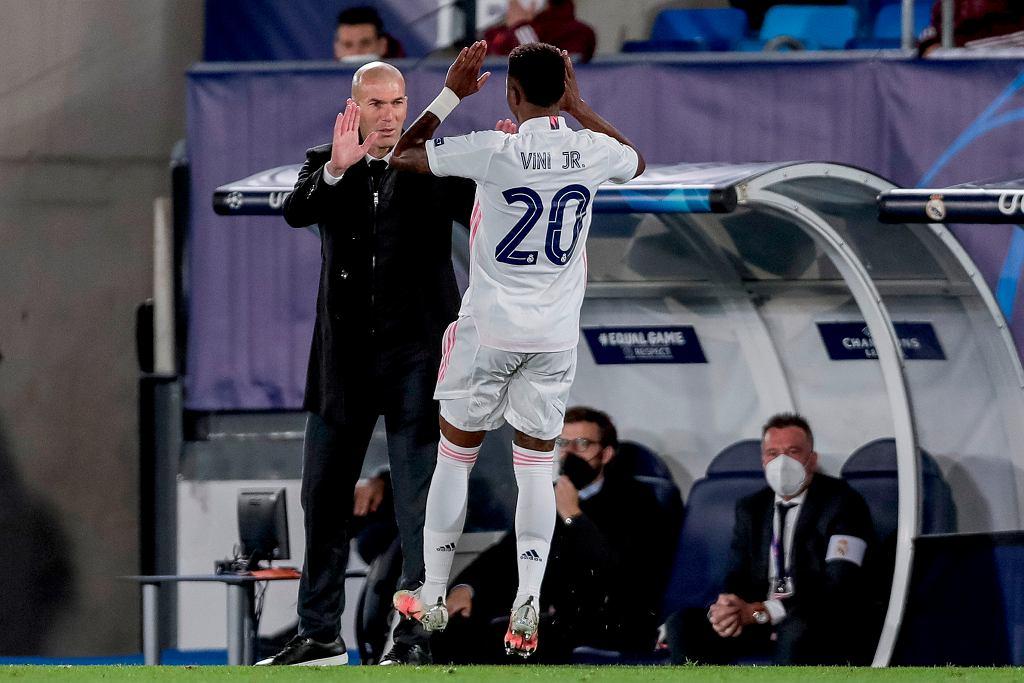 Vinicius Junior, bohater Realu w Madrycie przybija piątkę z trenerem Zinedine Zidanem