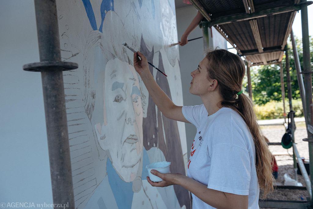 Prace przy muralu 'Kobiety wolności' na przęsłach przystanku PKM Gdańsk Strzyża