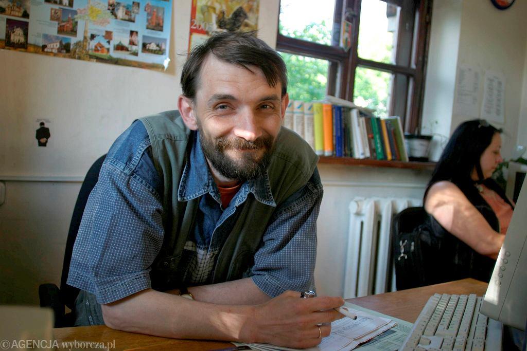 Andrzej Pisalnik, dziennikarz, członek Związku Polaków na Białorusi. Na zdjęciu w siedzibie Związku w Grodnie, 6 czerwca 2005 r.