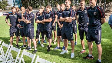 Piłkarze Odry byli w piątek w południe świadkami podpisania umowy z nowym sponsorem