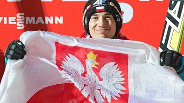 <b>Kamil Stoch</b> - skoki narciarskie<br><b>Konkurencje:</b> duża skocznia (ind., druż.), średnia skocznia (ind.)<br> Data ur.: 25 maja 1987, Zakopane. Wzrost/Waga: 173 cm / 55 kg. Klub: WKS Zakopane. Trener: Edward Przybyła, Łukasz Kruczek<br><b> Osiągnięcia:</b> ZIO Turyn 2006: druż.- 5.; Vancouver 2010: druż.- 6. MŚ 2013: ind. (LH) - 1.; druż. - 3. PŚ klasyfikacja generalna 2012/2013 - 3. PŚ 2013/2014 - Titisee-Neustadt - 2., 1.; Engelberg - 2., 1.; Wisła - 2.; Zakopane - 4. (druż.).