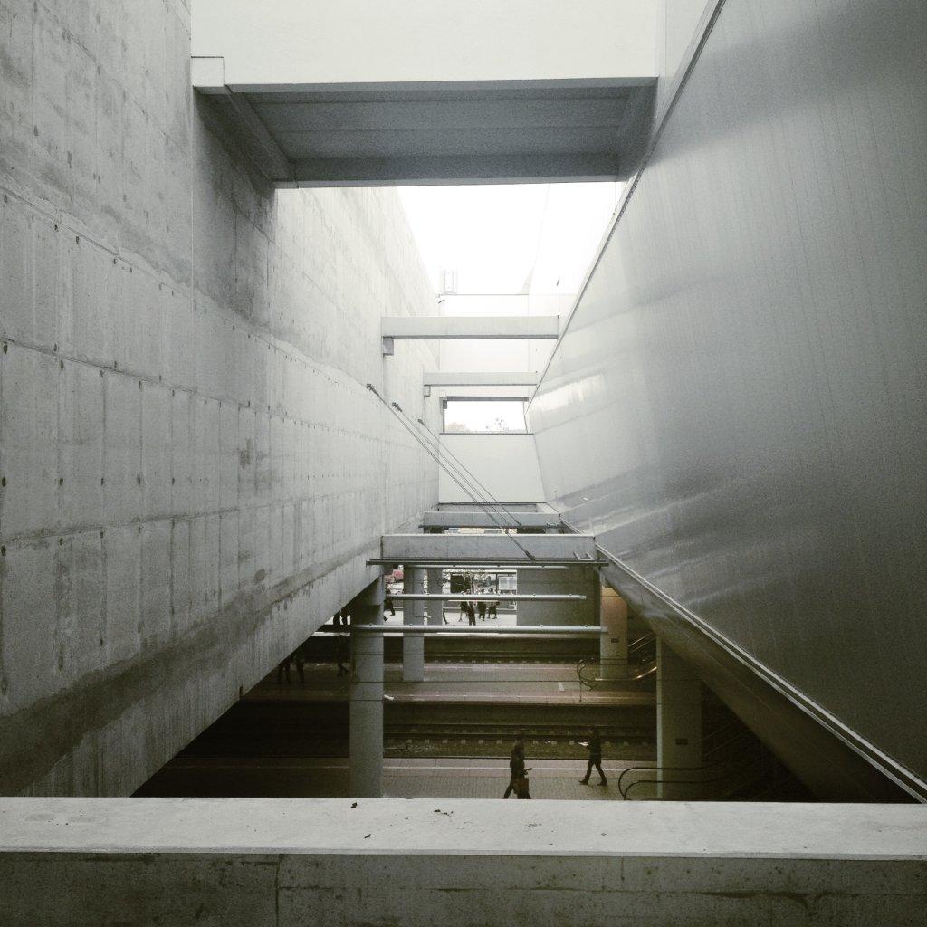 Odkryte perony dla pasażerów (fot. Filip Springer)