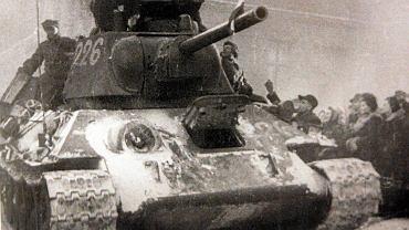 Czołg polski wjeżdża na Wełniany Rynek; 23 stycznia 1945 r.