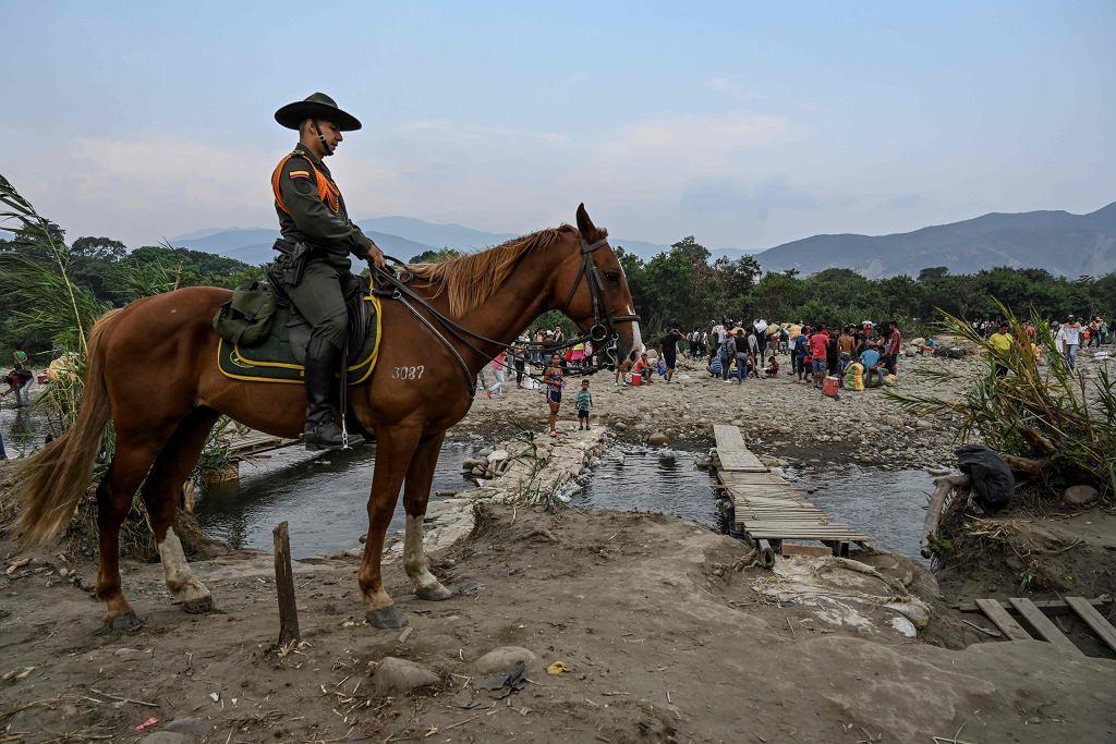 Kolumbijski policjant patroluje granicę z Wenezuelą.
